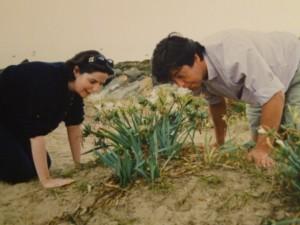 En pleine séance d'olfaction à l'île d'Yeu ! Ce sont des Lys de sable © Bettina Aykroyd
