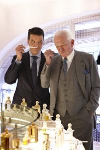 Jean-Paul Guerlain et Thierry Wasser, complices et concentrés à sentir une création Guerlain