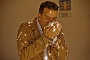 Thierry Wasser, en méditation complète sur une brassée de fleurs de jasmin !...