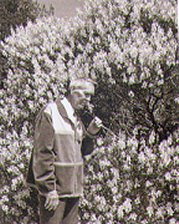 Edmond Roudnitska dans son jardin