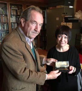 James Aykroyd remettant la clé du Presbytère à Ann Dinsdale, la conservatrice en chef du Musée des Soeurs Brontë
